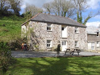 HALLOWARREN BARN, pretty Cornish cottage in magical setting.