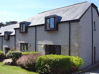 BRAMBLE COTTAGE, cosy house on the Maenporth Estate, with indoor pool, play area