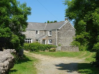 POLCREEK FARMHOUSE, traditional 17th cent. Cornish farmhouse with open fire, lar