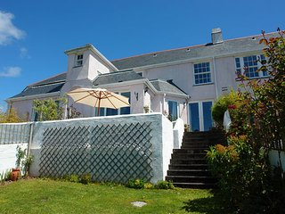 ROS CREEK COTTAGE, attractive pet friendly cottage with pretty sun terrace