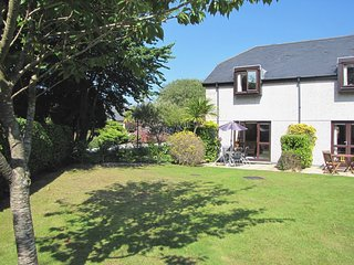 LITTLE GEM, inviting house on Maenporth Estate, with indoor pool, play area, and