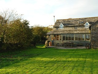 THE WORKSHOP, stylish, spacious cottage with views over fields to Trebarwith Str