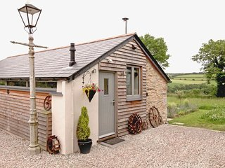 MUGWELL BARN, sweet, pet friendly single storey barn in the Tamar Valley, a