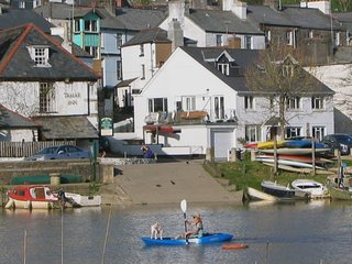 1 RIVER COTTAGE, elegant, pet friendly cottage with river views. In Calstock.
