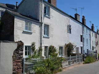TREBYAN, This 17th cent. pet friendly cottage with sea views, close to beach. In
