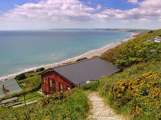 SEAGULLS NEST, detached, cliffside chalet with stunning sea views. Millbrook 1 m