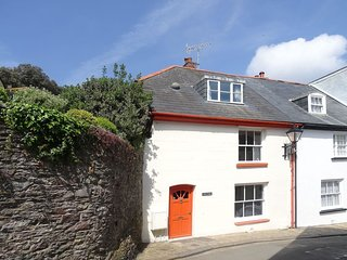 VECTIS COTTAGE, 18th cent. townhouse close to the beach in the popular Cornish v
