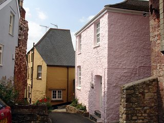 ROSE COTTAGE, historic cottage in the heart of popular Cornish village, close to