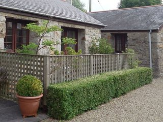 THE BARN, stylish, pet friendly, single storey cottage with use of indoor swimmi