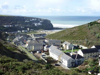 ROCKPOOLS, light and airy first floor apartment, 600 yards from Porthtowan beach