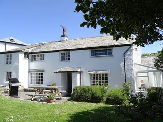 AYR COTTAGE, pretty detached 16th cent. cottage, close to Bossiney Cove. Tintage