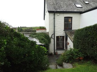 HEATHERDALE, bright and welcoming terraced home with wood burning stove in Trekn