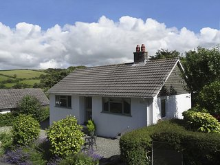 POTTERS, modern stylish bungalow in pretty Cornish harbour village.