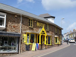 THE WORKSHOP, smart first-floor apartment in the heart of Bude. Beaches 300