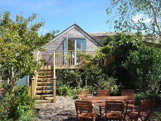 FIGTREE COTTAGE, 'Upside down', eco-friendly cottage with long views in