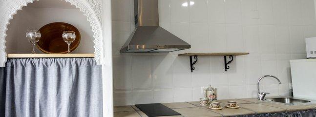 Cocina completa, frigorífico, microondas, cafetera, tostadora, vasos, platos, copas... Casa Martijín