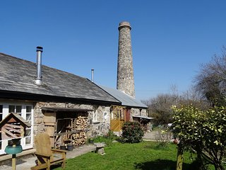 THE OLD ENGINE HOUSE, cosy cottage for two with wood burning stove, in peaceful