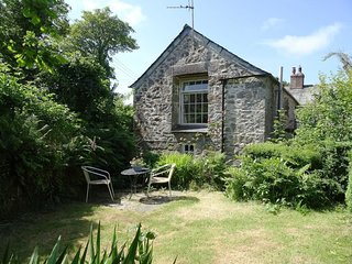 SCRUMPY COTTAGE, comfortable, Grade II listed converted stone cider barn, close