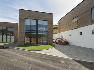 5 BEACHDOWN, fabulous, contemporary house 10 yards from Challaborough beach. Rin