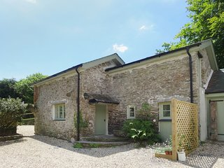 TORRINGS BARN, pretty converted barn in a peaceful country hamlet, next to