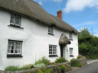 KINGS CORNER, charming, thatched Grade II listed cottage with wood burning