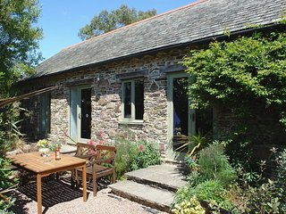BRADBRIDGE BARN, detached Grade II listed barn on the edge of popular riverside