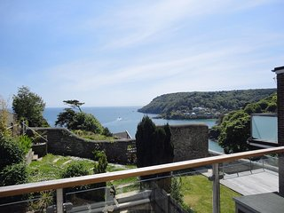 3 HAZELDENE, comfortable apartment with coastal views, 500 yards from North Sand