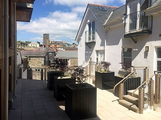 ANCHOR VIEW, contemporary apartment in the heart of popular Devon resort town