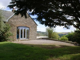 COBBLES POINT, spacious, comfortable cottage with spectacular sea views, 700 yar