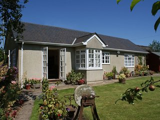 WOLSTON COTTAGE, sunny south facing bungalow near the village green in Landscove