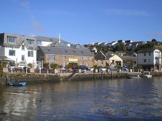 THE OLIVE GROVE, smart, riverside apartment in popular Devon town. In Kingsbridg