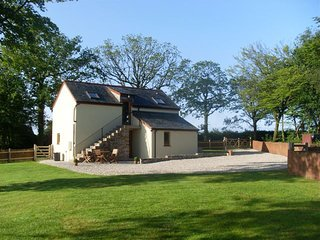 ACORN COTTAGE, smart lakeside cottage with 12 acres of woods to wander. Lifton 6