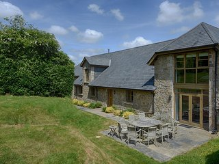 ROCK BARN, stylish converted barn sleeping 12, ideal for big groups with pool ta