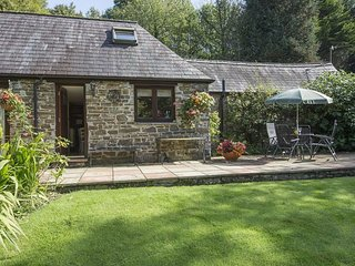 HONEY HOUSE, peaceful cottage in grounds of historic mill house. Lifton 5 miles.