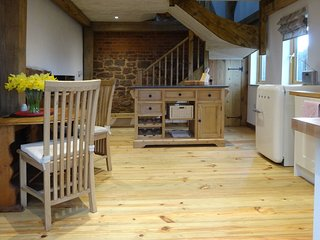 THE WOODSHED, oak framed cottage with wood burning stove and super views. Exeter