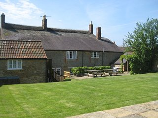 PARK FARMHOUSE, beautiful thatched house with indoor swimming pool, games room,
