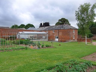 THE COACH HOUSE, stylish converted coach house on historic country estate