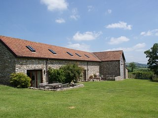 BATTENS, comfortable cottage with big lawn, games barn and rural views. Beer 6 m