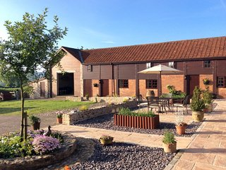 THE LINNEY, friendly farm cottage with big lawn, games barn and rural views. Bee