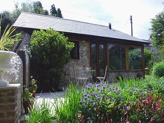 PUFFIN COTTAGE, romantic cottage with pretty garden 200 yards from village inn.