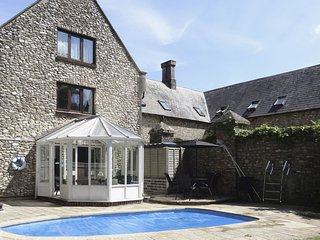 THE STUDIO, traditionally styled cottage with unheated outdoor splash pool and h