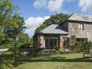 GROOMS COTTAGE, excellent 5* cottage in grounds of striking Grade II listed Tala