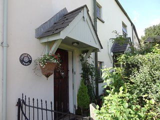 CASTLE VIEW, charming Exmoor apartment in the heart of pretty village with views