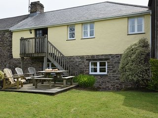 OWLS ROOST, smart Exmoor farm cottage with hot tub. Combe Martin 2 miles.