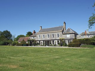 WOOTTON HOUSE, splendid 18th cent. country house sleeping 16, with extensive gro