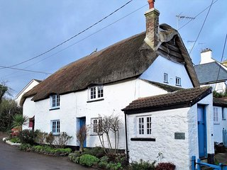 SEA GLASS COTTAGE, cute thatched cottage in pretty coastal village, close to
