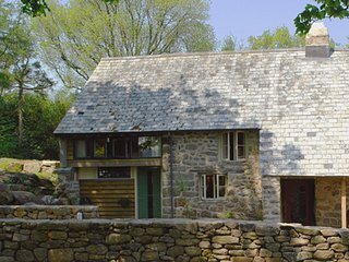 THE BAKEHOUSE, beautifully renovated, late medieval cottage on traditional