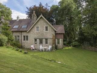 HERB COTTAGE, pretty granite cottage with wood burning stove, bluebell woods to