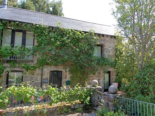 GRANARY COTTAGE, stylish converted barn near popular town in Dartmoor National P