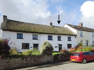 BRACONDALE, traditional thatched Dartmoor cottage with wood burning stove and vi